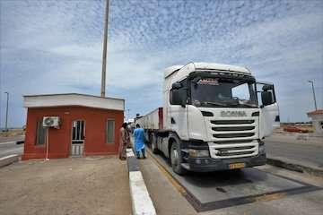 خروج روزانه ۸۰۰ کامیون بهصورت حمل یکسره/ واردات کالای اساسی از بندر چابهار ۹ برابر شد/ رشد ۵۴ درصدی تخلیه و بارگیری در بزرگترین بندر اقیانوسی کشور