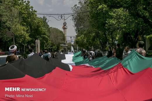 پرچم ۲۰۰ متری فلسطین توسط زنجیره انسانی و با رعایت پروتکلهای بهداشتی از سه راهی مصلی به سمت میدان س ...