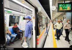 برخی از مسافران مترو نکات ایمنی پیشگیری از شیوع کرونا را رعایت نمی کنند
