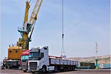 بارگیری اولین محموله صادراتی سیمان از بندر چابهار به مقصد دبی/ کالاهای صادراتی به صورت حمل مستقیم از کامیون به شناور بارگیری می شود
