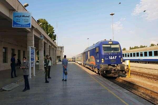 وزیر راه و شهرسازی از ایستگاه راه آهن قزوین بازدید کرد