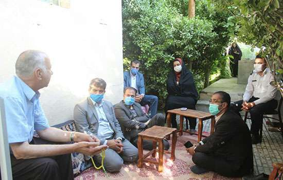 عیادت شهردار مهریز و اعضای شورای اسلامی شهر ورئیس پلیس راهنمایی و رانندگی مهریز از یک بیمار در مهریز