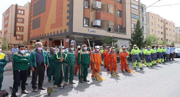 """مانور پاکسازی شهری با شعار""""شهرداری در کنار مردم""""در شاهرود."""