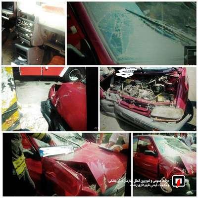 تلاش آتش نشانان برای نجات دو بانوی محبوس شده در خودروی سواری/ آتش نشانی رشت