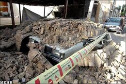 ساختمان فرسوده بر سر خودرو سواری فرو ریخت