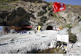 عملیات آسفالت باند دوم بزرگراه مهران به پایانه مرزی آغاز شد