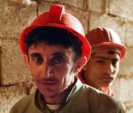 نجات معجزه آسای کارگر جوان پس از سقوط از طبقه هشتم