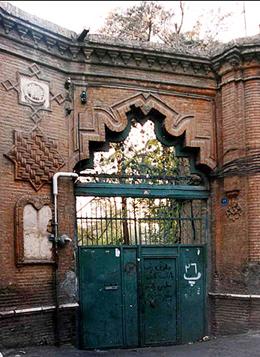 تخریب نیمی از خانهی قاجاری عامریها