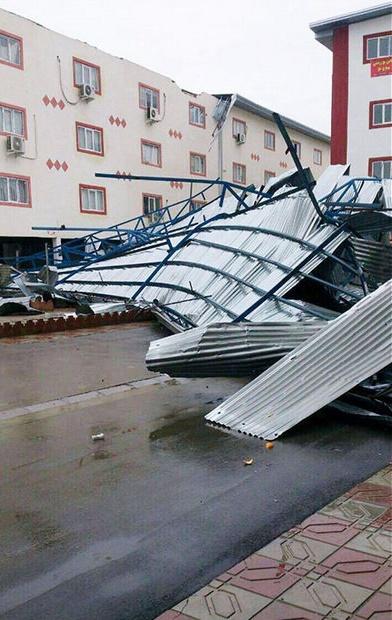 باد آمد؛ سقف مسکن مهر فروریخت/عکس
