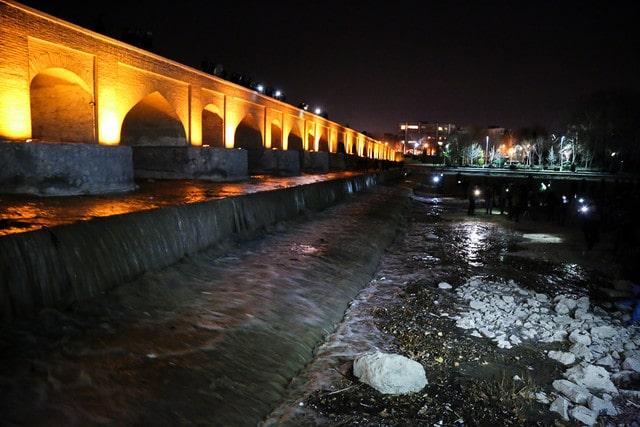 تخریب ساخت و سازهای غیرمجاز در بستر و حریم زاینده رود