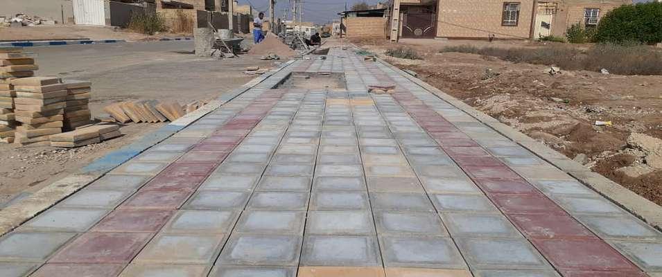 کفپوش گذاری پیاده رو خیابان شهید حوتی نژاد واقع در کوی نودهکتاری توسط شهرداری خرمشهر