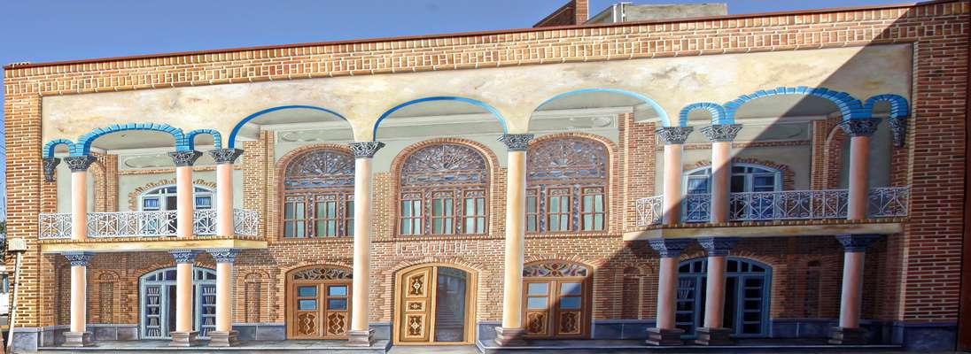 تکمیل نقاشی دیواری ۳ بعدی خانه مشروطه در کوچه مجتهدیلر