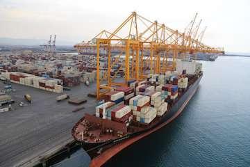 افزایش نرم عملیات تخلیه و بارگیری بر روی کشتی مگا سایز در بندر شهید رجایی / جابهجایی رکوردهای عملیاتی برروی کشتیهای کانتینری در بندر