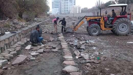 عملیات سنگفرش در بستر پروژه ساماندهی مهران رود