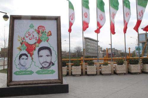 اکران قابهای تصاویر شهری پدران شهیدی که شهید شدند