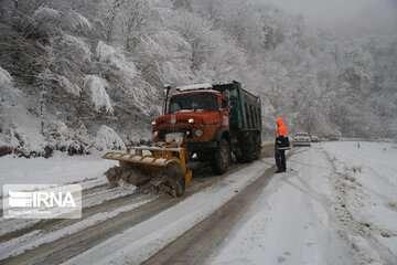 بارش برف جاده هراز و کندوان را لغزنده کرد