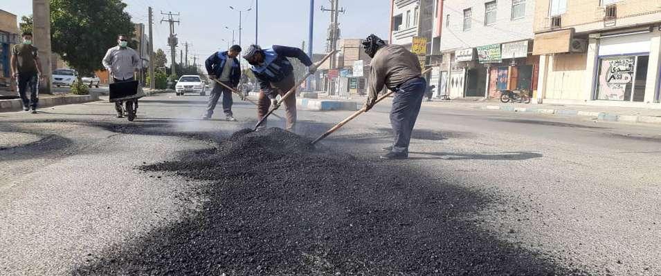 عمليات لكه گيرى و ترميم آسفالت معابر كوى طالقانى توسط شهردارى خرمشهر آغاز شد