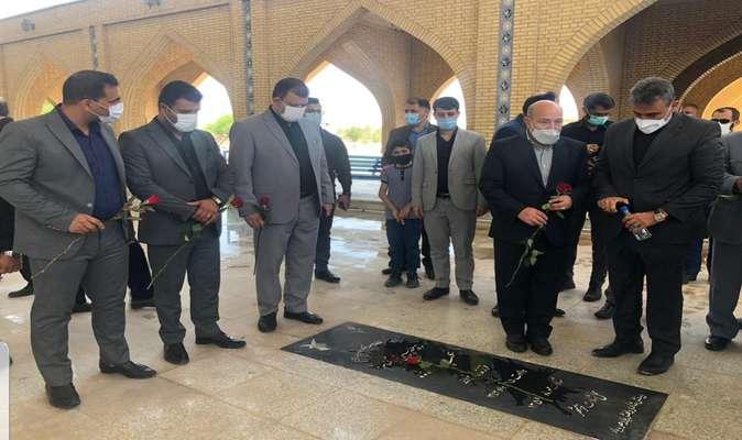 شهردار خرمشهر به همراه سرپرست سازمان منطقه آزاد اروند با آرمان هاى شهدا تجديد ميثاق كرد
