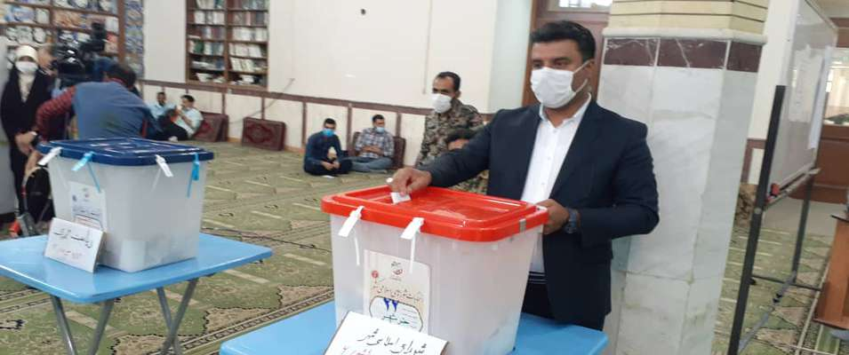 شهردار خرمشهر با حضور در شعبه ی مستقر در مسجد جامع ، رای خود را به صندوق انداخت