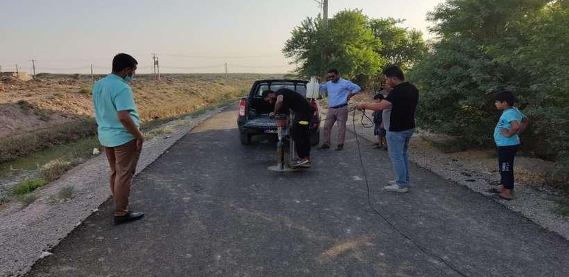 بررسی ضخامت آسفالت با عملیات مغزه گیری آسفالت جاده نظامی توسط شهرداری خرمشهر