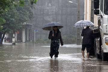 بارش باران در سواحل دریای خزر/ ورود سامانه بارشی به جنوب شرق کشور/ آبهای شمالی و جنوبی مواج است