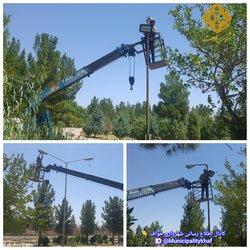 عملیات نصب و تعویض چراغهای تامین روشنایی پارک وحدت