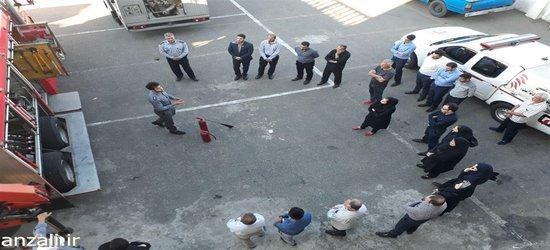 آموزش مقدماتی اطفا حریق برای پرسنل شهرداری در ستاد فرماندهی آتش نشانی بندر انزلی برگزار شد