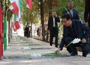 غبارروبی و عطرافشانی گلزار شهدای شاهین شهر به مناسبت هفته دفاع مقدس