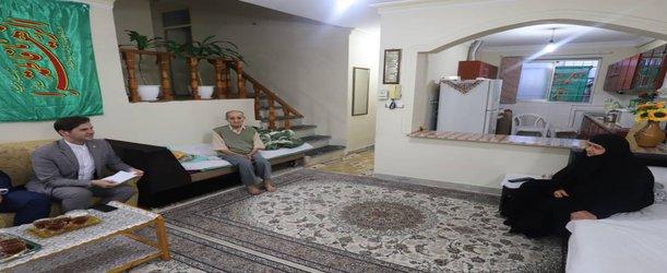 دیدار علوی، رییس شورای اسلامی شهر رشت از خانواده شهیدان عباس و حنیف بهبودی به مناسبت هفته دفاع مقدس
