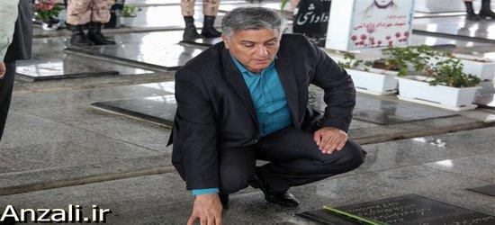 به مناسبت هفته دفاع مقدس آیین گلباران و غبار روبی مزار پاک ۴۰۸ شهید شهرستان بندرانزلی برگزار شد