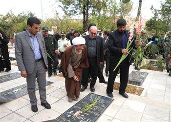 تصویری/ آیین غبارروبی گلزار شهداء شهرکرد برگزار شد