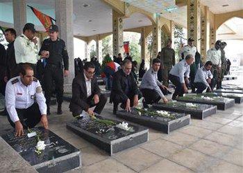 به مناسبت هفته دفاع مقدس آیین گلباران و غبار روبی مزار پاک  شهیدان  شهر بروجن برگزار شد