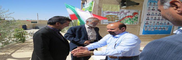 شهردار و اعضای شورای اسلامی شهر طبس با حضور در مدارس، آغاز سال تحصیلی را تبریک گفتند.