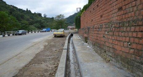 روابط عمومی شهرداری رامسر/ اجرای کانال هدایت آب های سطحی در مسیر اشکونکوه