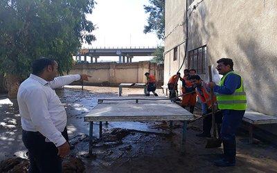 برداشت گل ولای وپاکسازی محوطه هنرستان شهید مطهری توسط نیروهای پرتلاش خدمات شهری