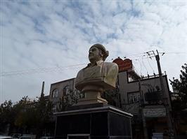 """سردیس هنرمند نامی """"عثمان هورامی """" پس از ترمیم و بازسازی در میدان هورامان نصب شد"""
