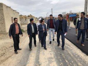 بازدید فرماندار مراوه تپه از آسفالت معابر روستای شیخلر