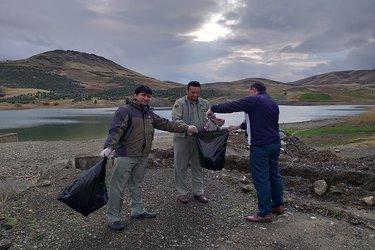 برنامه پاکسازی زباله درحاشیه سد قشلاق سنندج برگزار شد ۹۷/۹/۷