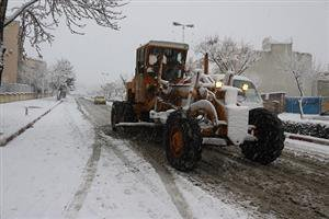 ۲۸ دستگاه ماشین آلات برف روب و نمک پاش در ستادهای برف روبی در نقاط مختلف سطح شهر سنندج مستقر می شوند